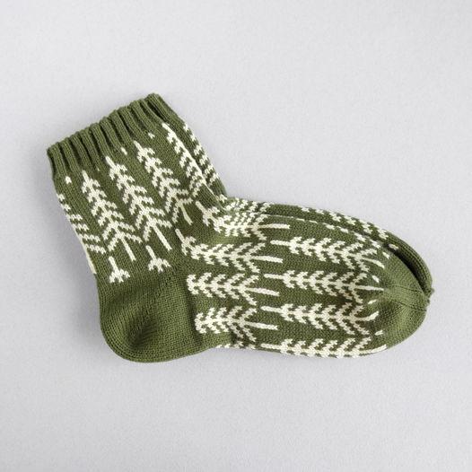 Тёплые зелёные вязаные носки с рисунком ёлочки