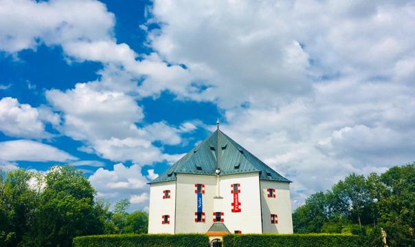 Летний дворец Звезда  и Бржевновский монастырь