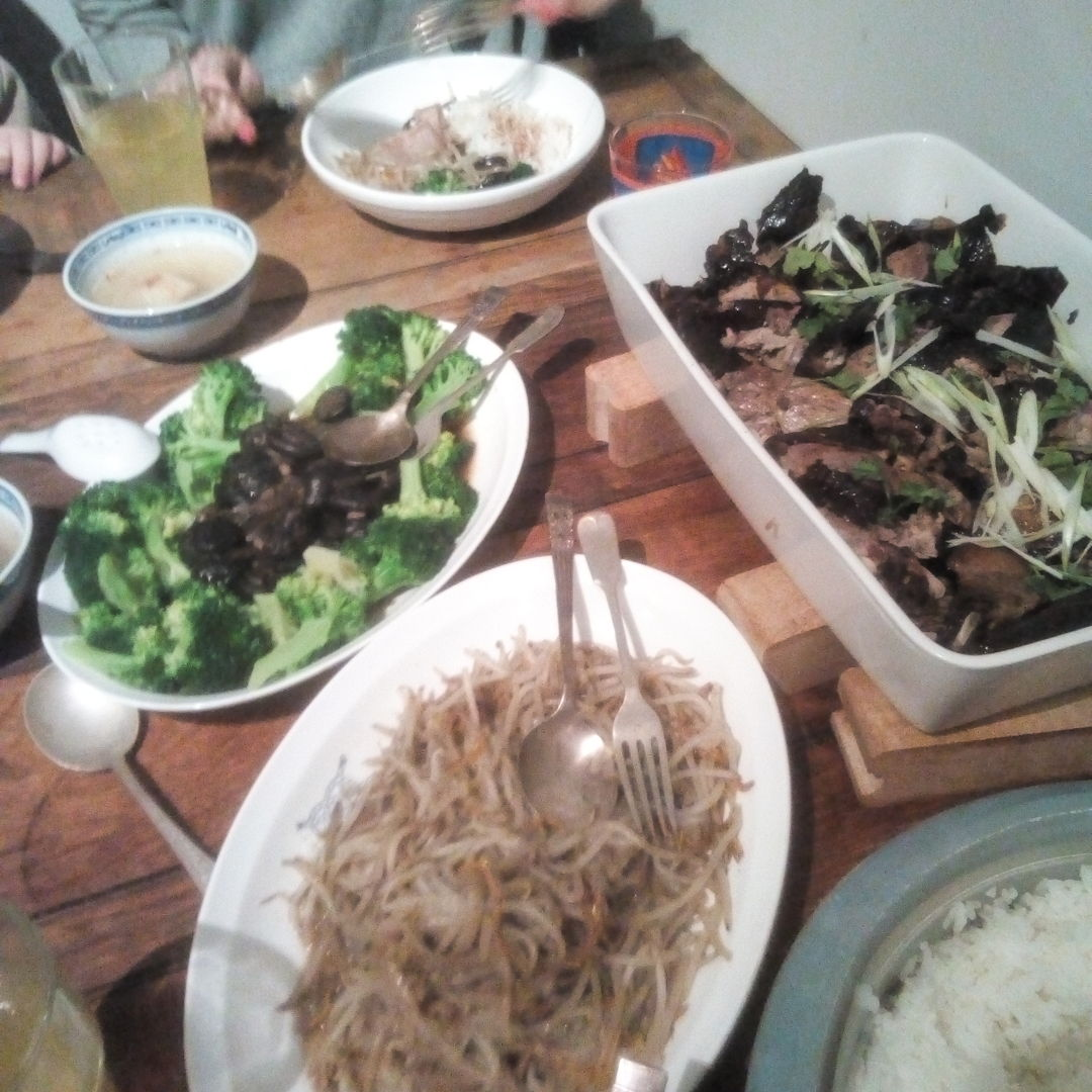 Eurasian / Nyonya, Cantonese style roast Duck dinner. I added Pandan leaf to the stuffing to give a more S.E Asian twist to the roast. Complimented with classic steamed broccoli and braised chinese mushrooms, plus fried beansprouts with fine dried anchovies.. a clear turnip wanton based soup was added. Sooo yummy.. The neighbours young kids who were invited for dnner were bit so so, but slowly I will teach them to beging to appreciate our tastey wonders!!