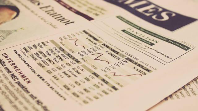 En side i en avis, som omhandler finans og økonomi