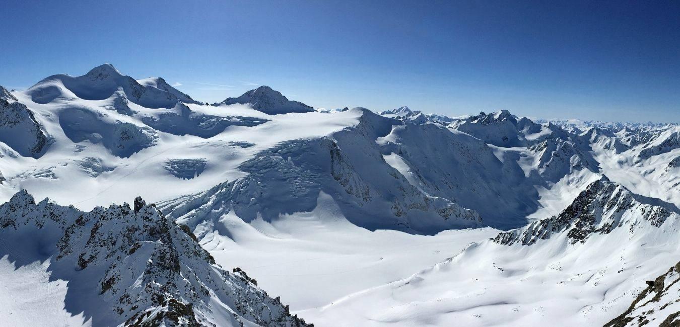 C'est une photo de montagne enneigée sans remontée mécanique avec de la poudreuse et des rochers. La neige est abondante parfait pour le freeride ou le ski de randonnée.