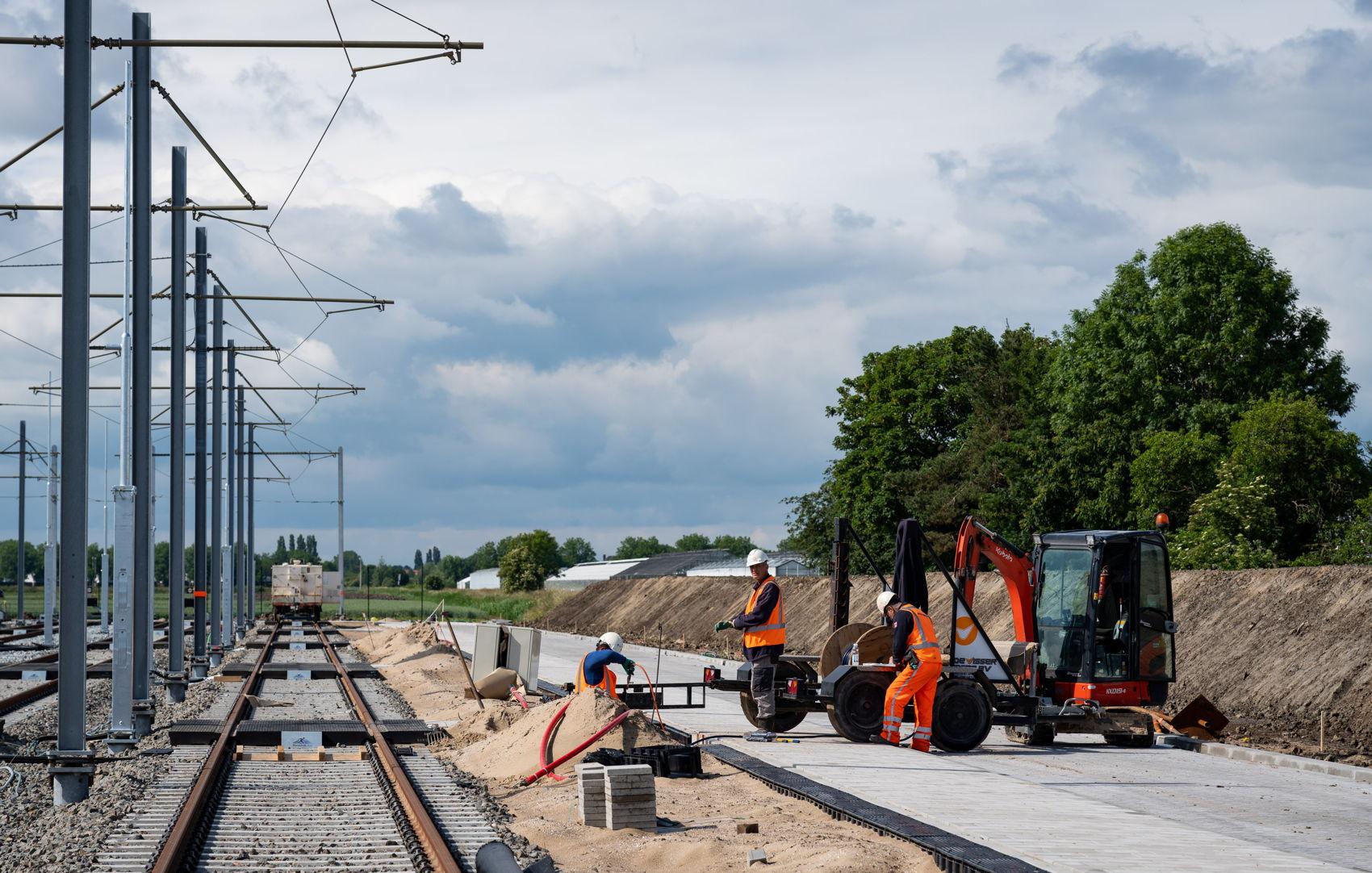 In de toekomst wordt het terrein door het project Uithoornlijn nog uitgebreid zodat er 11 trams extra gestald kunnen worden en wordt het spoor doorgetrokken richting Uithoorn. De berg zand rechts op de foto is alvast de voorbelasting voor dit spoor (foto gemaakt op 8 juni).
