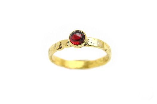 Латунное кольцо с гранатом в античном стиле