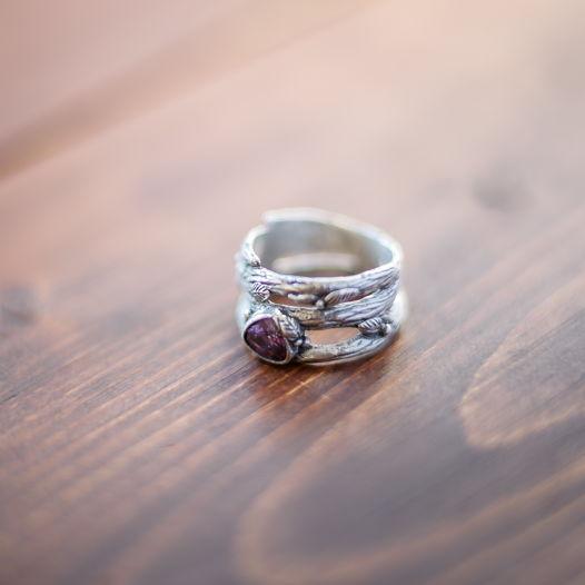 Широкое ажурное серебряное кольцо Природа с аметистовым фианитом