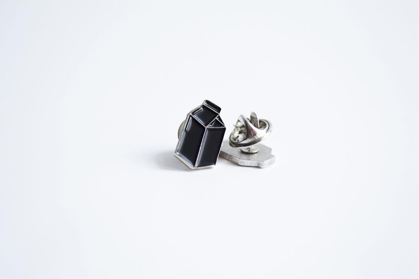 Металлический значок «тетрапак» черный