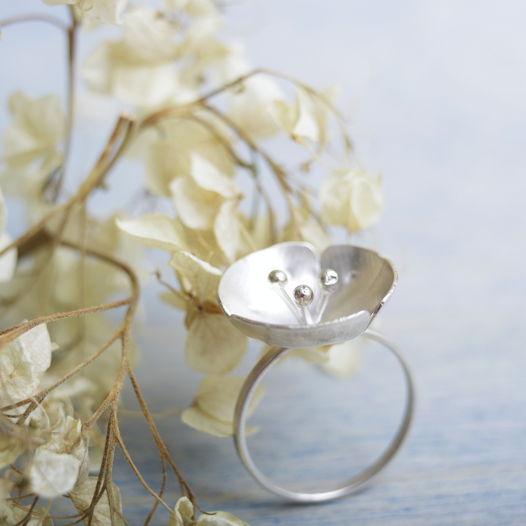 Кольцо ботаническое с крупным цветком из серебра