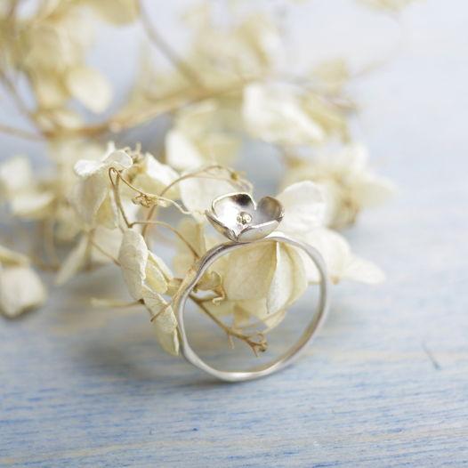 Кольцо ботаническое с четырехлепестковым цветочком из серебра