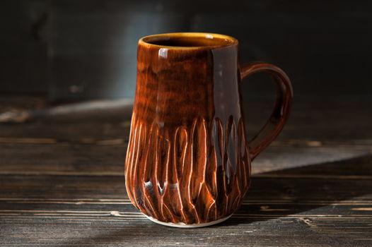 Коричневая керамическая чашка с текстурой