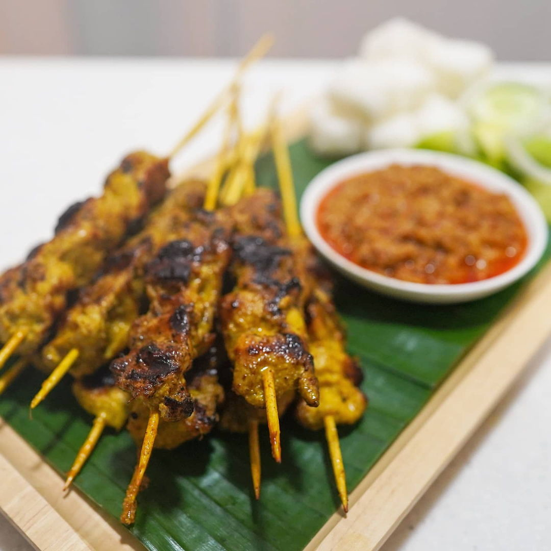 I used chicken thighs to make the satay and grilled them on a griddle pan.   I also made the peanut sauce and nasi impit  to go with these delicious satay.