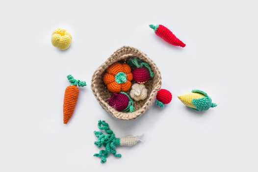 Вязаная корзинка с овощами (малая) ручной работы для детей