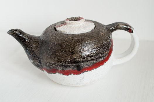 Шамотный чайник черный с белым и с красной полосой.