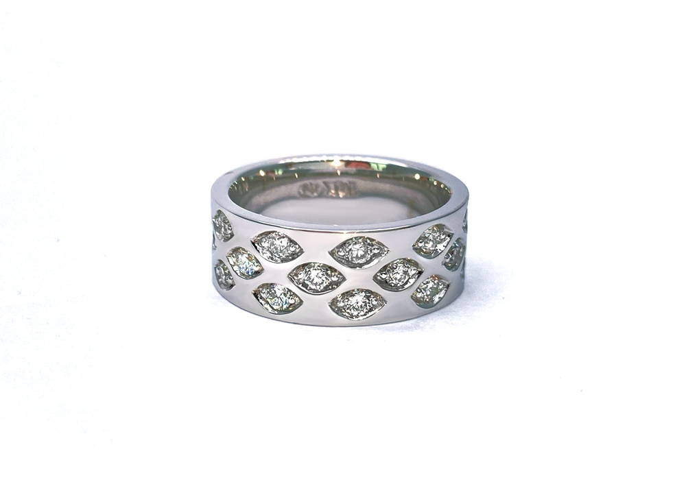 band in white gold with small diamonds encrusted all around in almond-shaped cavities
