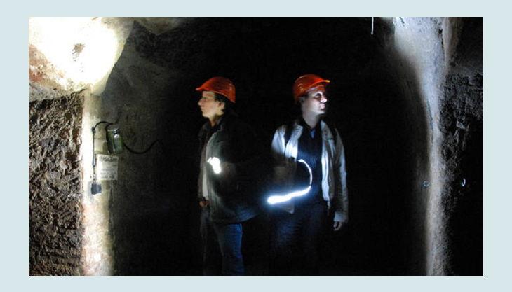 historische felsengaenge licht führer taschenlampe gruppe