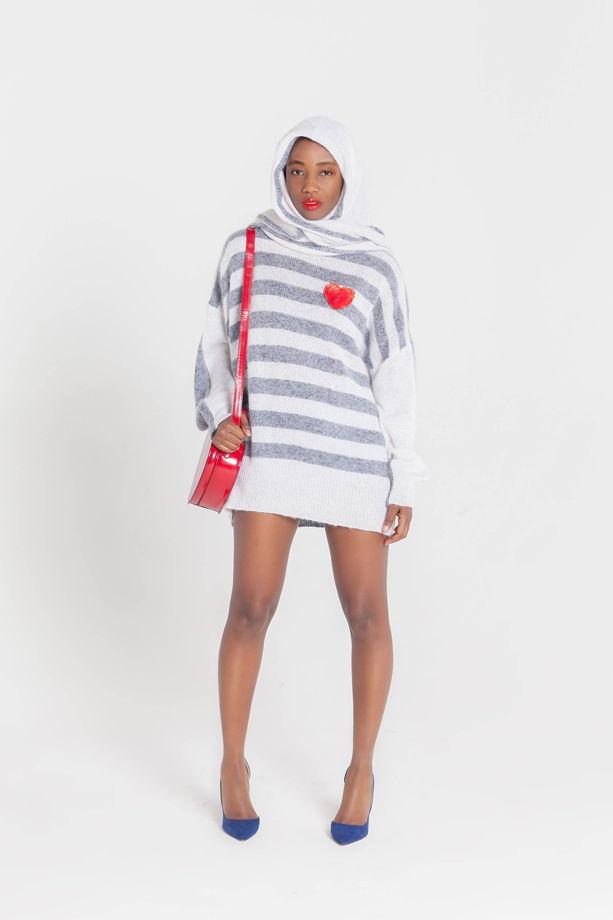 Полосатый свитер оверсайз с горлом и сердцем с шарфом