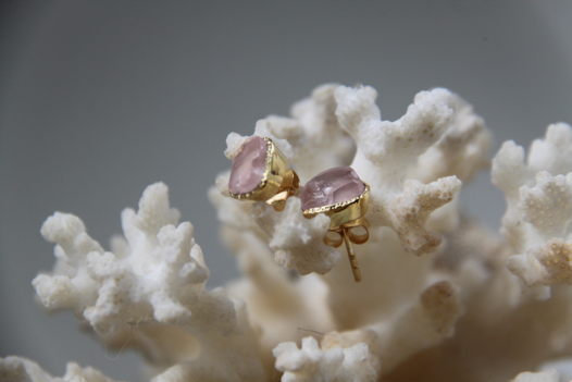 Серьги-гвоздики  с неграненым розовым кварцем (позолота)