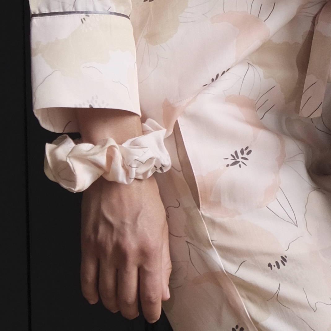 Nêge Paris - Chouchou et Pyjama Divine Idylle chemise pantalon avec un imprimé montrant une composition florale délicate rose poudrée