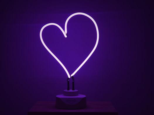 Фиолетовое неоновое сердце
