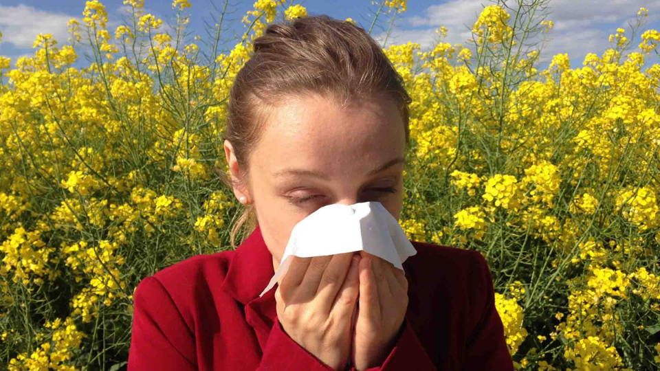 Femme souffrant de rhinite allergique