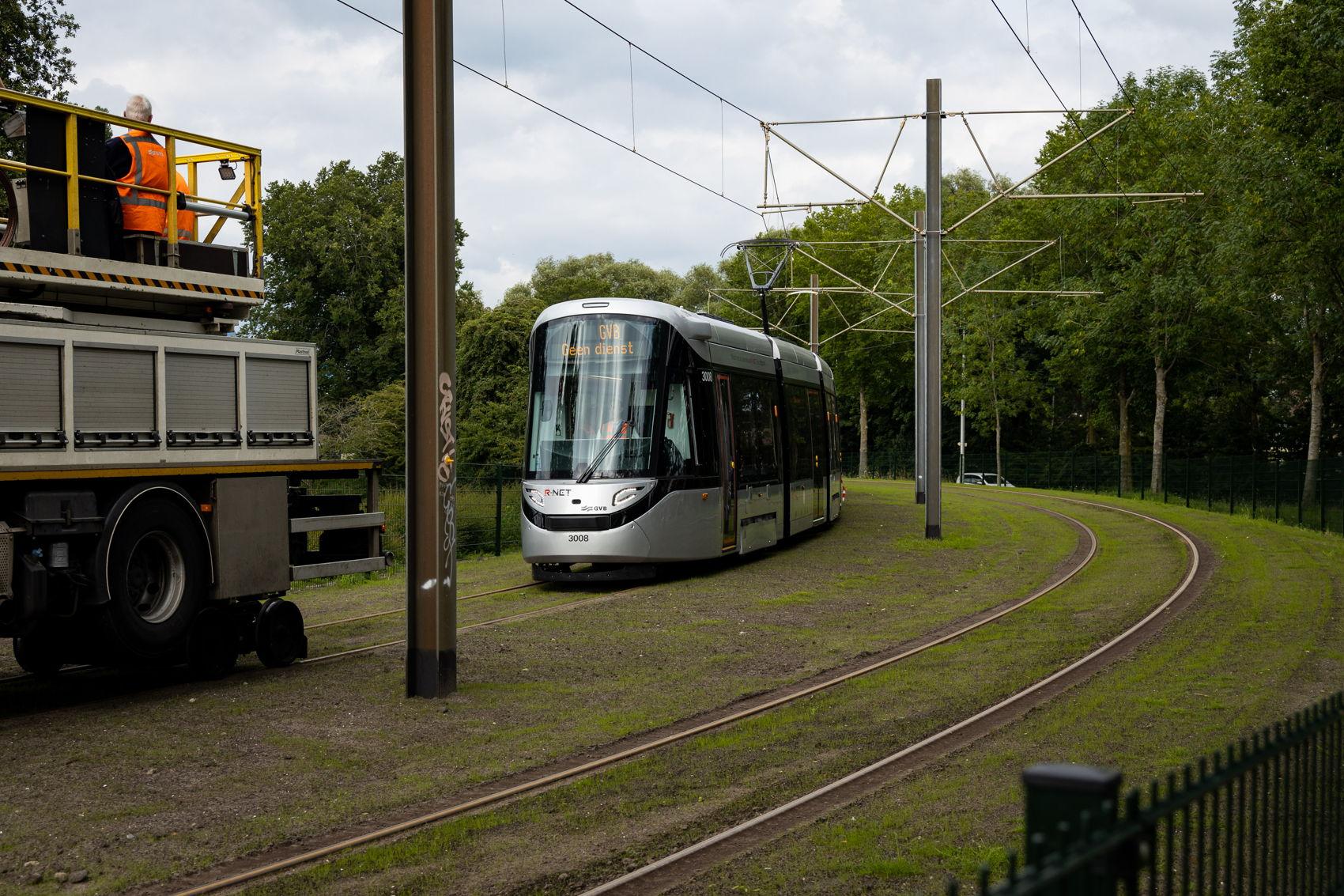 Nabij Brink op een bijna helemaal groene trambaan.