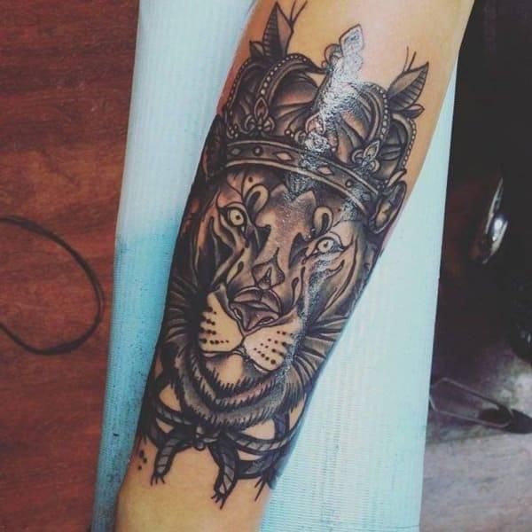 Tatouage Lion Roi Couronne