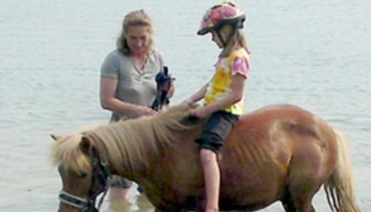 die reitzwerge mädchen auf pferd im wasser