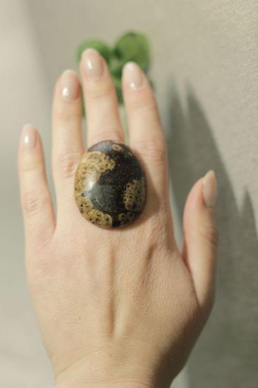 Кольцо из мореной березы с натуральным рисунком