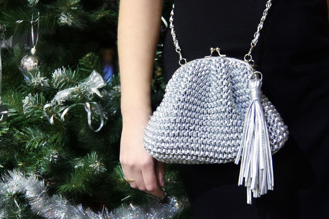 Серебристая сумочка на фермуаре из металлизированной мягкой пряжи