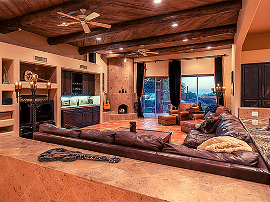 Hamburg - Engel & Völkers Scottsdale is brokering the residence of US celebrity Bret Michaels in Arizona for around 3.3 million dollars (approx. 2.8 million euros). The property comprises five bedrooms and boasts various different sports and wellness facilities. (Image source: Engel & Völkers Scottsdale)