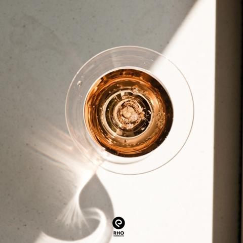 Rho Kombucha in einen Glas abgefüllt während Licht aufs innere scheint.