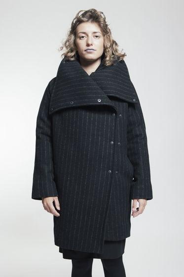 Утепленное пальто в полоску
