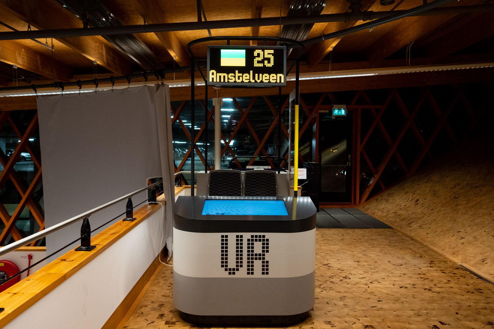 De nieuwste virtual reality beleving in Amstelveen InZicht is geïnspireerd op de nieuwe 15G tram in R-net stijl. Het bankje komt nog uit de 'mock up' van 2017. De lijnkleuren van tram 25 worden trouwens blauw/wit/blauw, net als bij de voormalige tram 25.