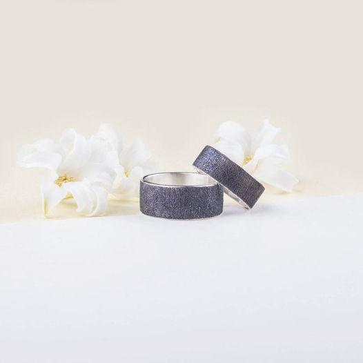 Серебряные обручальные кольца с грубой матовой поверхностью и чернением