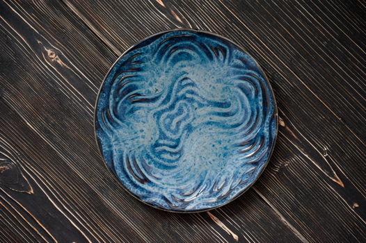 Керамическая сервировочная тарелка с текстурой