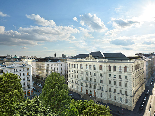 Hamburg - Situated in Vienna's 1st district, this modern, designer penthouse has an asking price of 7.2 million euros. The approximately 288 square metre apartment has three bedrooms and two bathrooms, in addition to an approximately 35 square metre roof terrace overlooking the city. (Image source: Engel & Völkers Vienna © Free Dimensions)