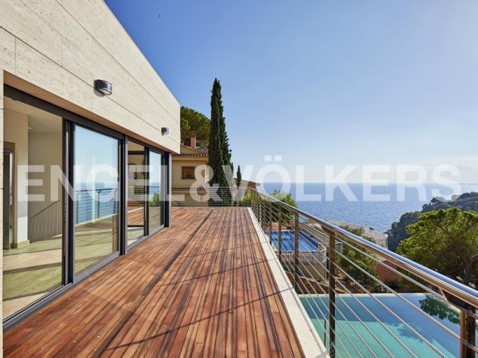 MAGNIFICIENT NEW VILLA WITH WONDERFUL SEA VIEWS