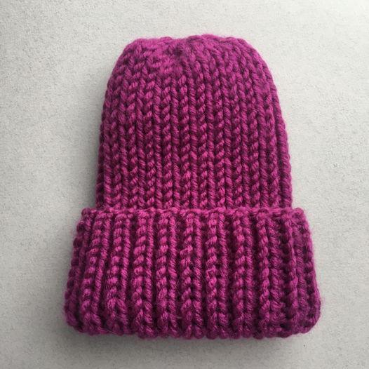 Вязаная шапка цвета фуксии.