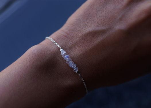Тонкий нежный серебряный браслет с лунными камнями