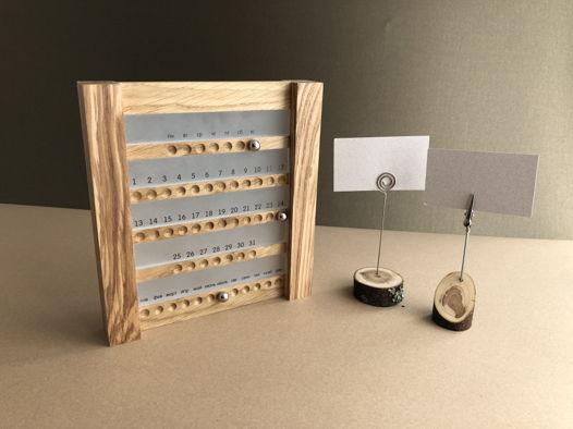 Настольный вечный календарь с магнитными шариками и матовыми вставками