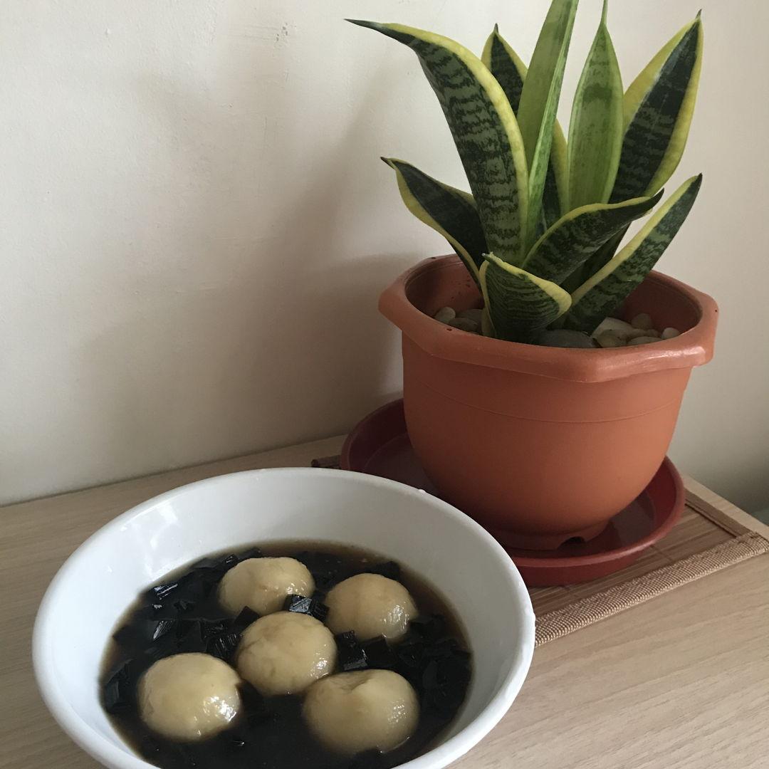 Peanut glutinous rice balls with grass jelly 😁👍🏻