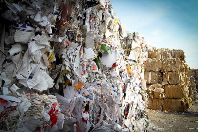 Berge aus Plastikmüll auf einer Mülldeponie