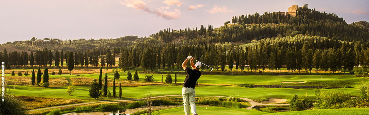 Hamburg - Golfer tees off at the beautiful golf course at the Toscana Resort Castelfalfi in Italy, which offers an unrivaled golfing experience.