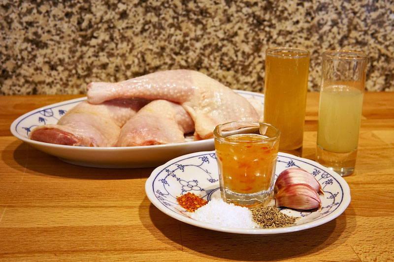 Zutaten für gegrillte Hähnchenschenkel mit scharfer Honigmarinade