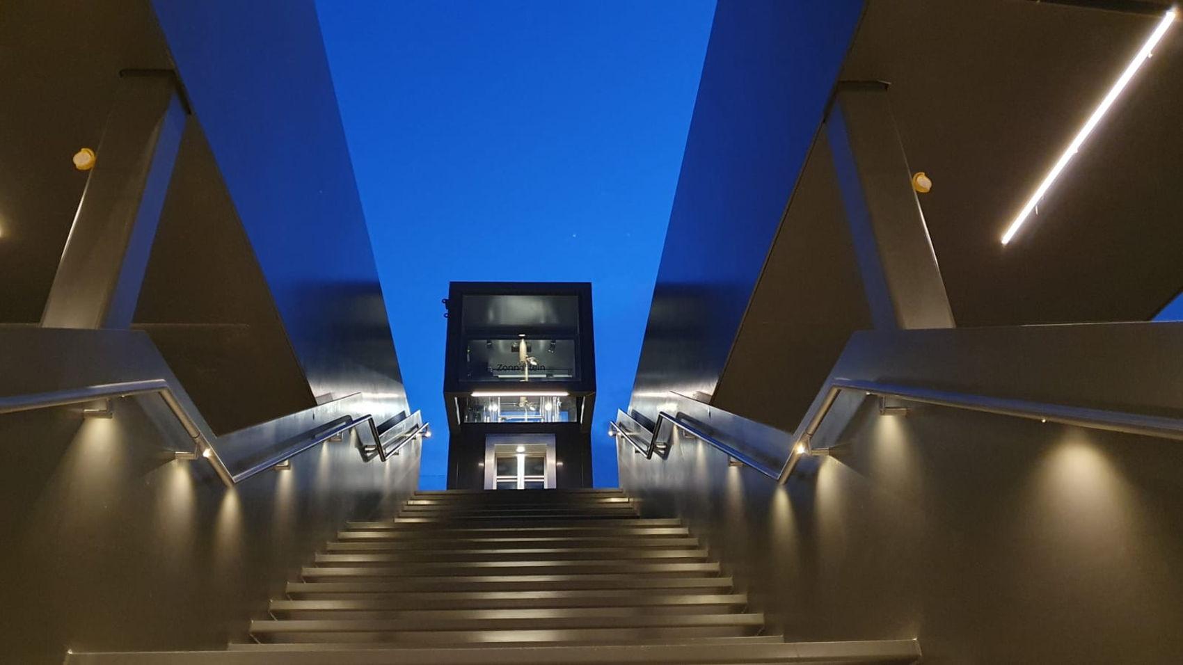 De nieuwe glazen lift van Zonnestein. Nu al heel herkenbaar in het Amstelveense straatbeeld en goed zichtbaar vanaf de halte.