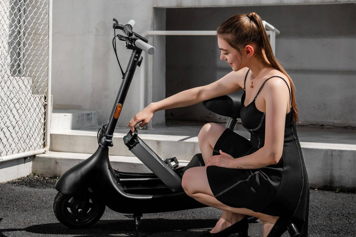 okai ea10 electric scooter removable swappable battery girl changing battery