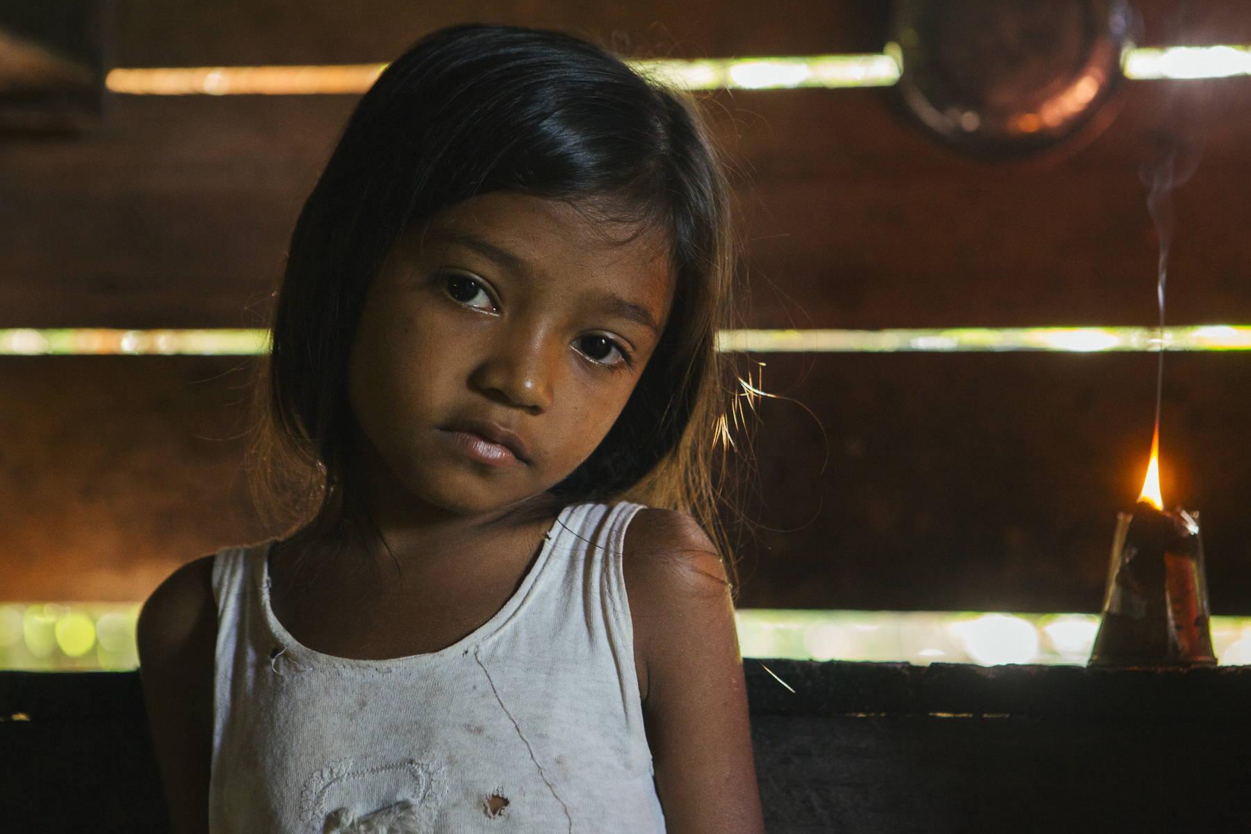 Esta pequeña vive en una zona rural del Amazonas, dónde su familia se veía obligada a la quema de queroseno para tener luz hasta la llegada de Light For Humanity.
