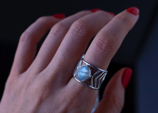 Серебряное кольцо Стрела с лунным камнем