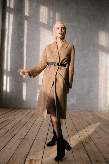 Утепленное пальто с кожаным поясом