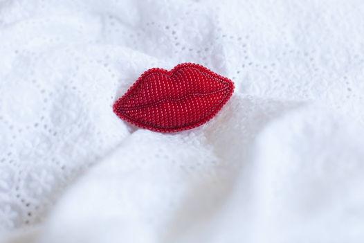 """Брошь из бисера """"Красные губы"""""""