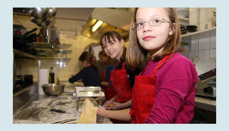 toms event und genussdienst kinder rollen teig in küche