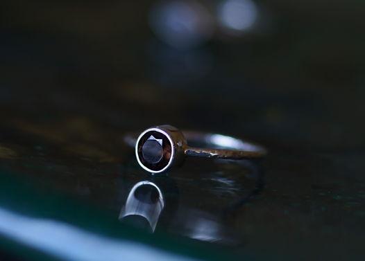 Тонкое текстурное колечко с дымчатым кварцем
